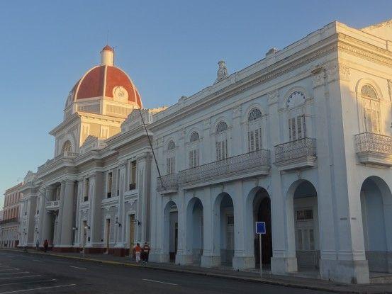 Bâtiment colonial sur la place principale de Cienfuegos à Cuba, ville inscrite là l'Unesco, photo blog voyage tour du monde https://yoytourdumonde.fr
