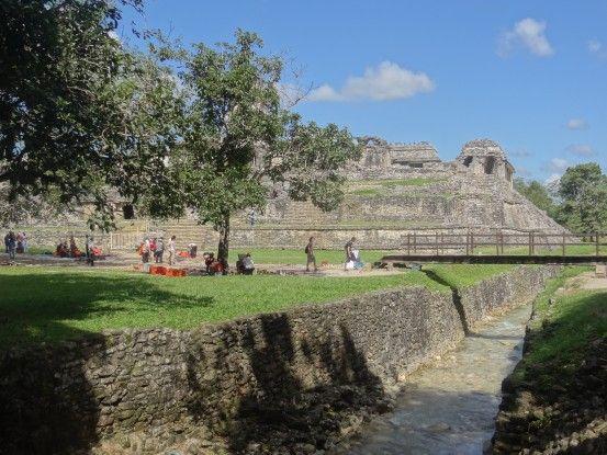 Vous pouvez voir des canalisations de l'époque Maya sur le site de Palenque au Mexique photo blog voyage tour du monde https://yoytourdumonde.fr