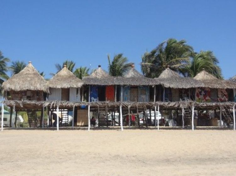 Mexique: La plage de Zipolite ou de petites maisons en bois sont installés. Cela change des grands buildings et j'aime beaucoup cela.