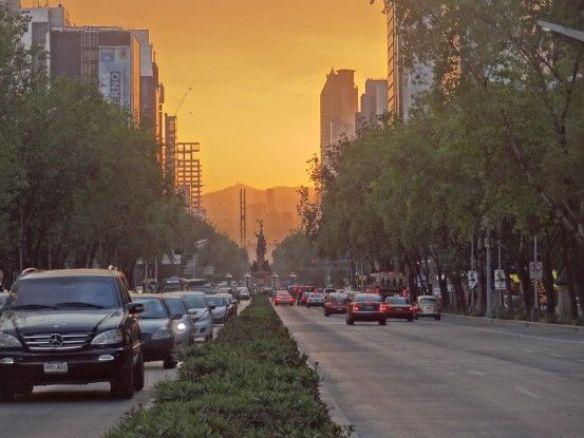 Mexique- Mexico City: Photo prise pres du Centre des Affaires pendant le couché du soleil. La couleur orange est le resultat du melange entre soleil et pollution