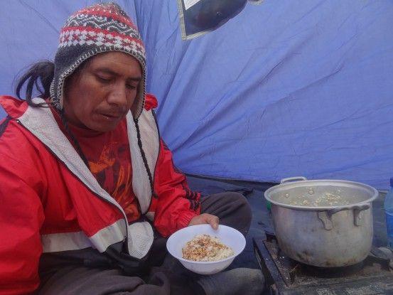 Notre guide nous prépare à manger sur le Volcan Santa Maria (dôme Santiaguito) au Guatemala photo blog voyage tour du monde travel https://yoytourdumonde.fr