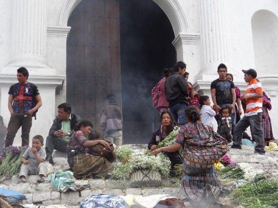 Sur le parvis de l'église Saint Thomas à Chichicastenango au Guatemala photo blog voyage tour du monde travel https://yoytourdumonde.fr