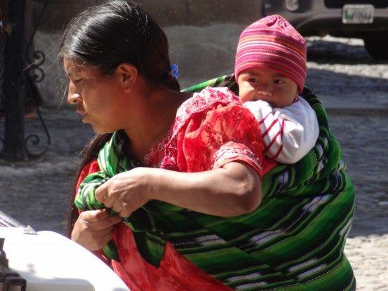 Une habitante haut en couleur sur la place publique d'Antigua photo blog voyage tour du monde https://yoytourdumonde.fr