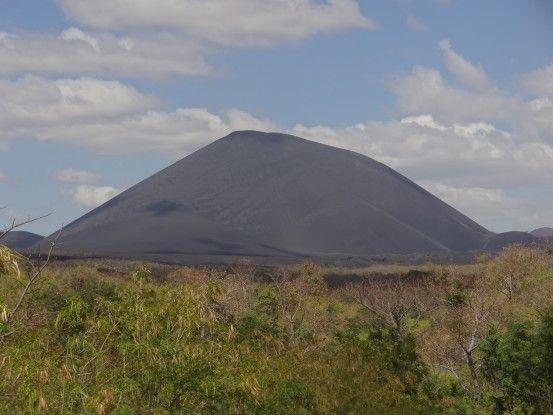 Le volcan Cerro Negro au loin, dans 1h je vais pouvoir le descendre en luge photo au Nicaragua photo blog voyage tour du monde travel https://yoytourdumonde.fr