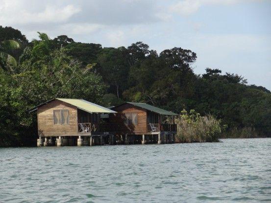 Il y a plusieurs maisons sur pilotis à Rio Dulce au Guatemala photo blog voyage tour du monde travel https://yoytoudumonde.fr
