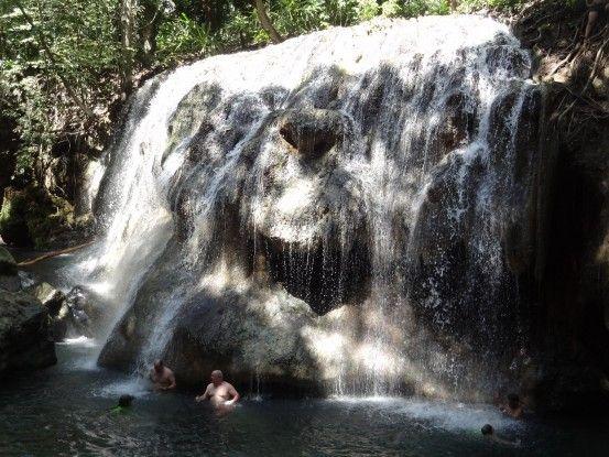 Un vrai spa naturel dans la Finca El Paraiso au Guatemala avec l'eau de la cascade à 30°c voir 40°! Photo blog voyage tour du monde travel https://yoytourdumonde.fr