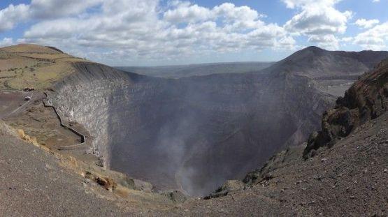 Gros cratère avec du souffre sur le Parc National de Masaya au Nicaragua photo blog voyage tour du monde travel https://yoytourdumonde.fr