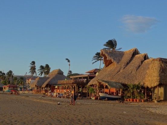 Sur la plage de San Juan Del Sur au Nicaragua, au moins il n'y a pas de grands bâtiments qui gâchent le paysage photo blog voyage tour du monde travel https://yoytourdumonde.fr