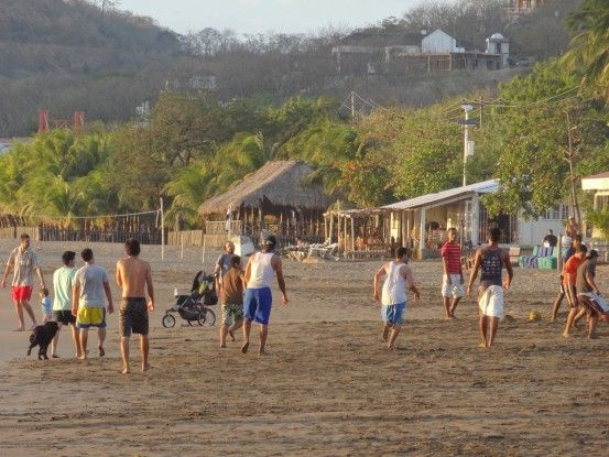 Les jeunes locaux jouent au football au Nicaragua photo blog voyage tour du monde travel https://yoytourdumonde.fr