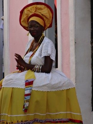 Femme habillé en tenue traditionnelle à Salvador de Bahia au Brésil photo blog voyage tour du monde travel https://yoytourdumonde.fr