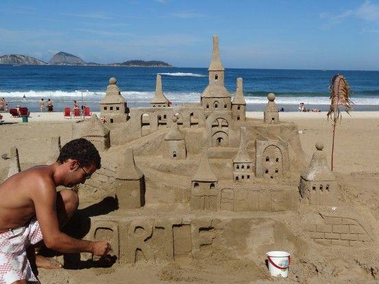 Chateau de sable sur la plage de Copacabana à Rio de Janeiro au Brésil photo blog voyage tour du monde travel https://yoytourdumonde.fr