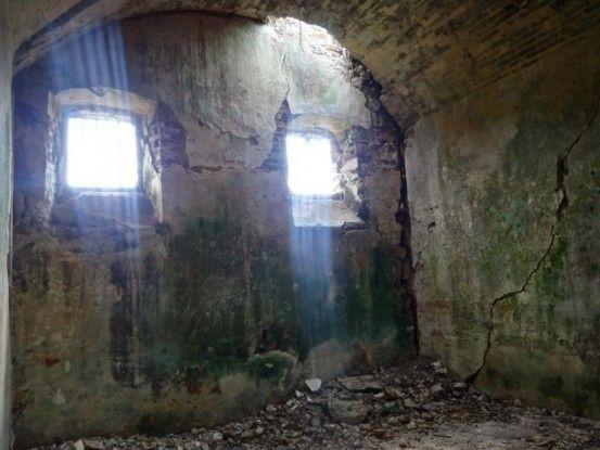 Nouvelle-Caledonie: A l'interieur des cellules ou etaient emprisonnes les anciens Communards.