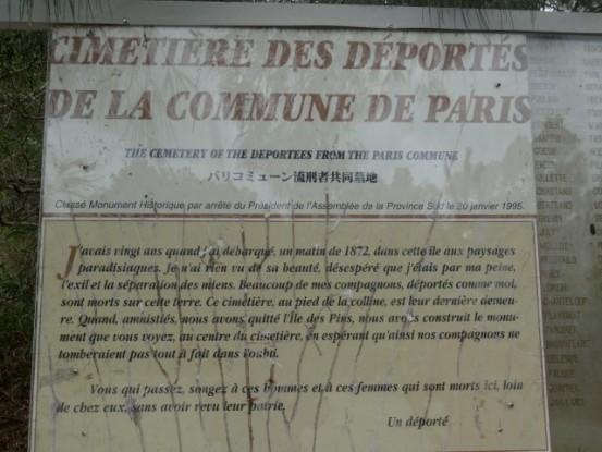 Nouvelle-Caledonie: Plaque d'information dans le cimetiere des anciens Communards morts sur l'Ile des Pins.
