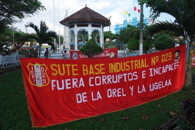 Pérou: Les manifestants dans le centre de Yurimaguas. Il s'agit de professeurs qui demandent le paiement de leurs salaires.