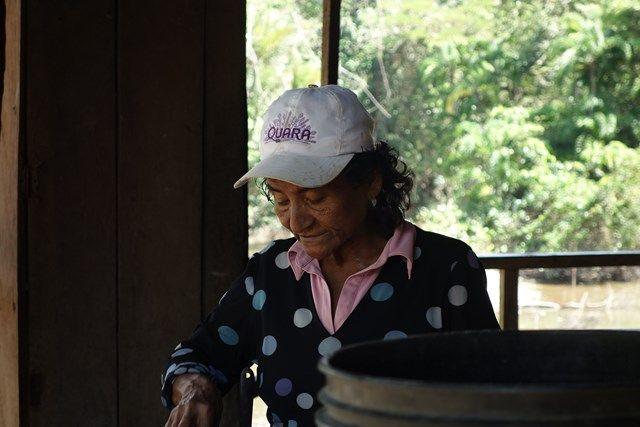 Guide touristique au Pérou dans la Réserve Pacaya Samiria, ici la cuisiniere!
