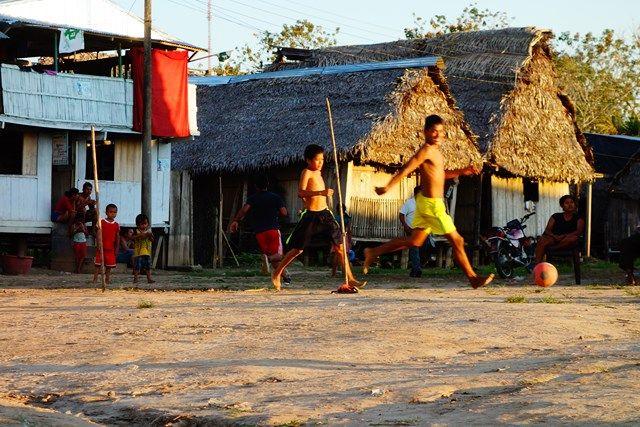 Voyage au Perou- Lagunas: Apres l'ecole, il est temps de faire une partie de football. A voir sur mon blog: