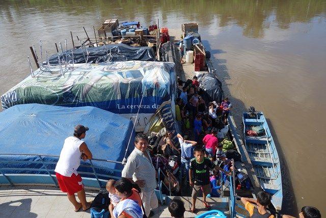 Voyage au Perou- Le bateau de la mort: Enfin, des personnes nous amènes à manger!