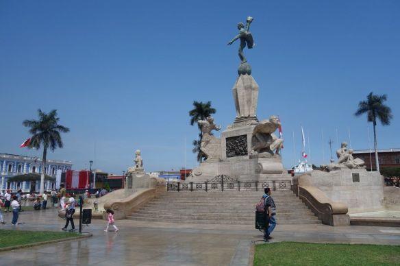 La superbe Plaza de Armas de Trujllo avec de magnifiques maisons coloniales et la cathédrale de la ville.