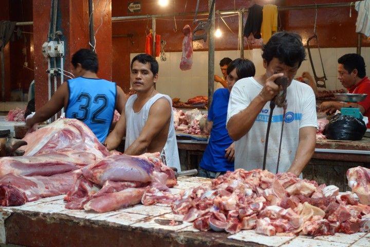 Perou-Iquitos: Marché de Belen, le stand de la viande. Euh je prendrai bien...lec mec surla gauche! lol