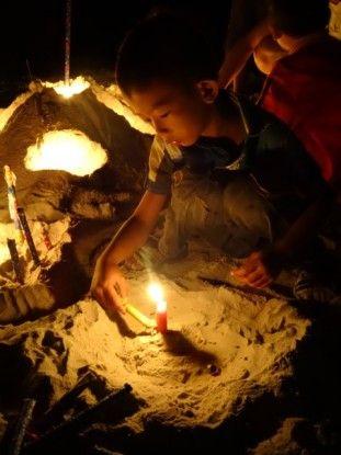 Cambodge-Kep: Bougie allumée par un enfant local.