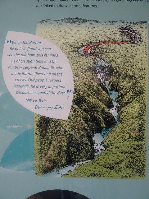 Australie- Queensland: Vous pouvez voir le serpent en haut de la cascade, ce dernier formant la montagne a lui tout seul.