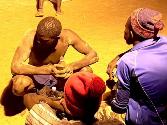 Un lutteur avec son entraineur au tournoi de lutte de Mar Lodj au Sénégal. Photo blog voyage tour du monde https://yoytourdumonde.fr