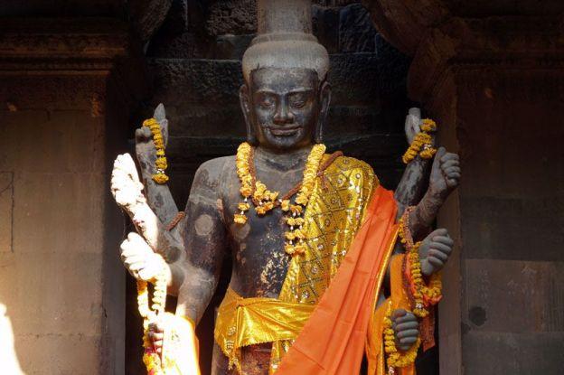 Avec plusieurs bras vous pouvez reconnaitre Vishnu dans l'un des temples d'Angkor.