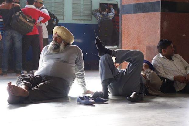 photo prise dans la gare de train de jaipur photo blog voyage tour du monde https://yoytourdumonde.fr