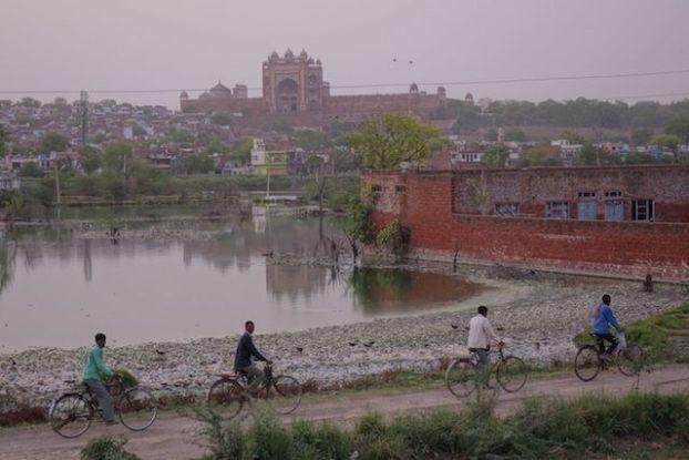 Fatehpur Sikri a plusieurs visage, site de l'unesco, campagne indienne et une certaine pauvreté mais la ville est à visiter! Photo blog voyage tour du monde https://yoytourdumonde.fr