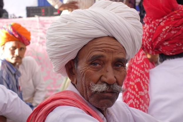 J'ai eu la chance d'assister à un mariage du coté de Pushkar ici photo d'un invité en tenue traditionnelle photo blog voyage tour du monde https://yoytourdumonde.fr