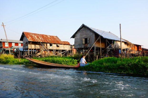 les maisons sur pilotis sur le lac inle donne une atmosphere feerique au lieu photo blog voyage tour du monde https://yoytourdumonde.fr