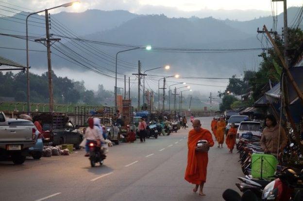 Thailande: Moine bouddhiste a l'aube se preparant a faire l'aumone.