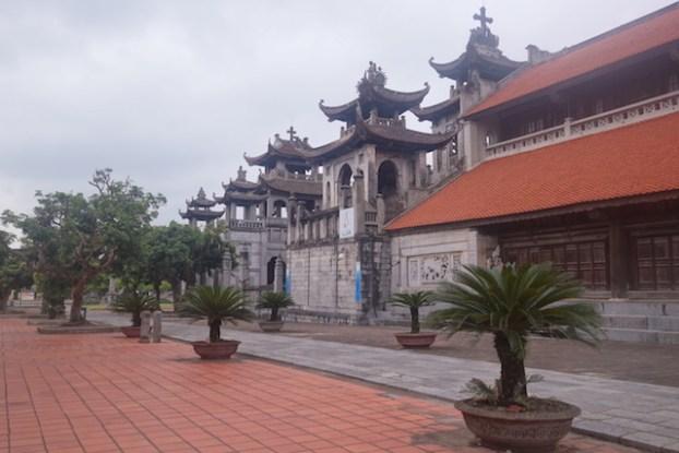 Entre chapelles et cathédrale de Phat Diem au vietnam ning bing bai d'halong terrestre photo article blog tour du monde photo https://yoytourdumonde.fr