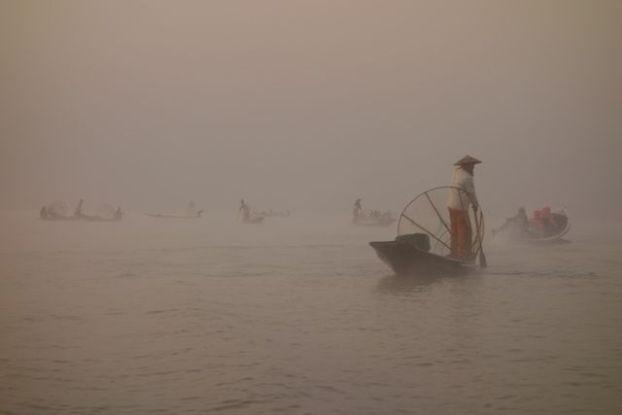 Entre pecheurs et brume le lac inle en birmanie est d'une beauté unique dans le monde à découvrir d'urgence photo blog voyage tour du monde https://yoytourdumonde.fr