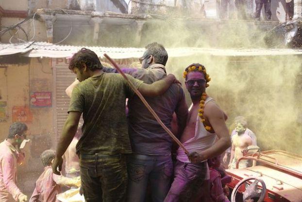 la fete de Holi ou des couleurs est toujours une grande reussite du coté de Pushkar les touristes et les locaux se melangent photo blog voyage tour du monde https://yoytourdumonde.fr