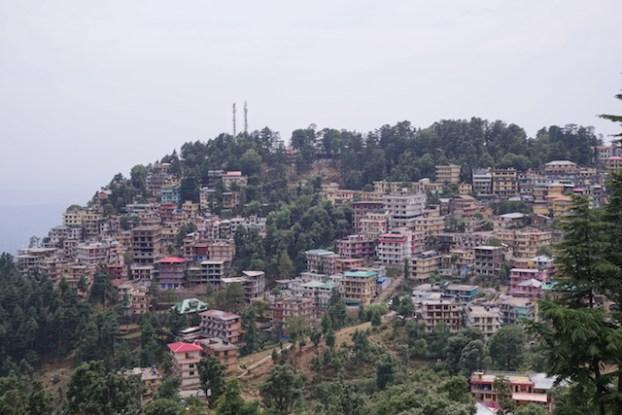 Dharamsala ressemble aux autres villes de montagnes en Inde tels Darjeeling photo blog voyage tour du monde https://yoytourdumonde.fr