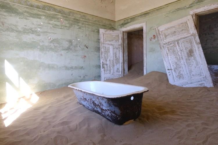 Kolmanskop se trouve à 15km de Luderitz en Namibie photo blog voyage tour du monde travel https://yoytourdumonde.fr