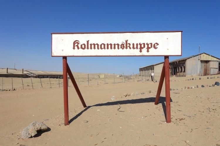 Panneau d'entrée de la ville fantôme de Kolmanskop dans le désert de Namibie photo blog voyage tour du monde travel https://yoytourdumonde.fr