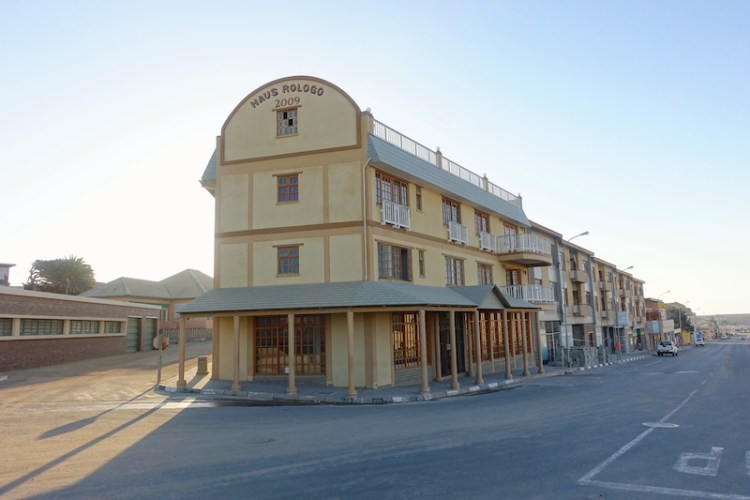 Luderitz en Namibie sort tout droit d'un far west américain photo blog voyage tour du monde https://yoytourdumonde.fr