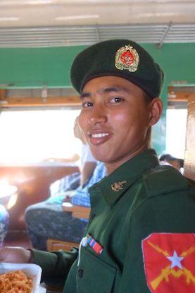 Debat avec des jeunes soldats en birmanie dans un train qui partaient pour le front suite à des tensions pres de Hsipaw photo blog voyage tour du monde http;//yoytourdumonde.fr