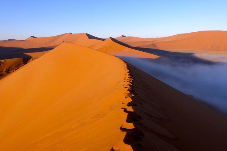 C'est avec un brouillard que nous avons monté la Dune45 en Namibie en direction de Sossusvlei photo blog voyage tour du monde travel https://yoytourdumonde.fr