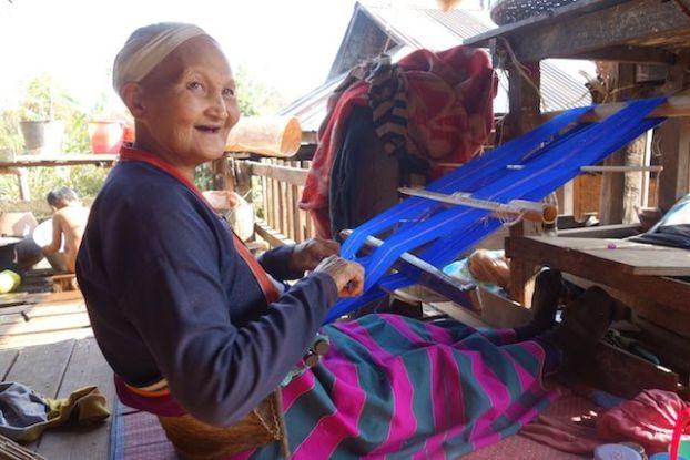 Une femme qui tisse des vetements chez elle dans l'etat shan au myanmar photo blog voyage tour du monde https://yoytourdumonde.fr