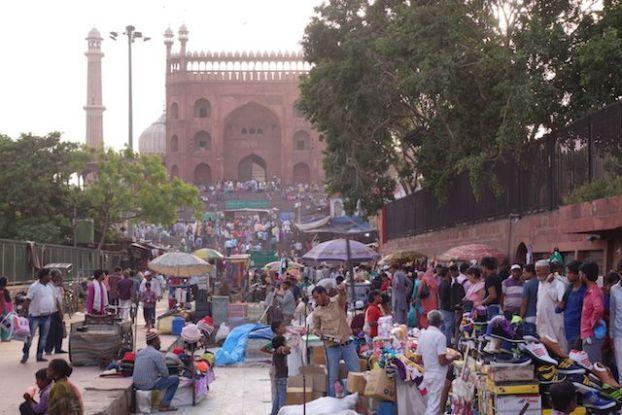 Bazar dans la ville de New Delhi en inde photo blog voyage tour du monde https://yoytourdumonde.fr