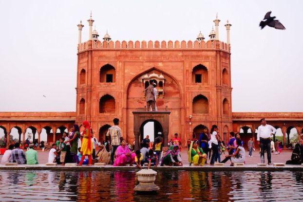La grande mosquée Jama Masjid à New Delhi se visite à toutes heure sauf pendant les heures de prieres. Venez une heure avant le couché du soleil le site est alors magnifique avec la couleur du batiments qui change selon les rayons du soleil photo blog voyage tour du monde https://yoytourdumonde.fr