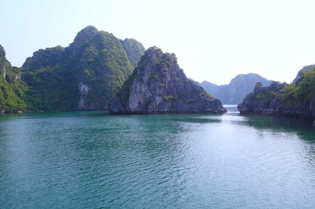 Baie d'Halong vietnam photo blog voyage tour du monde https://yoytourdumonde.fr