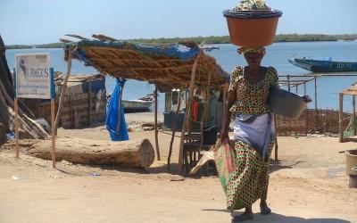 Une femme en tenue locale à Elinkine photo blog voyage tour du monde https://yoytourdumonde.fr