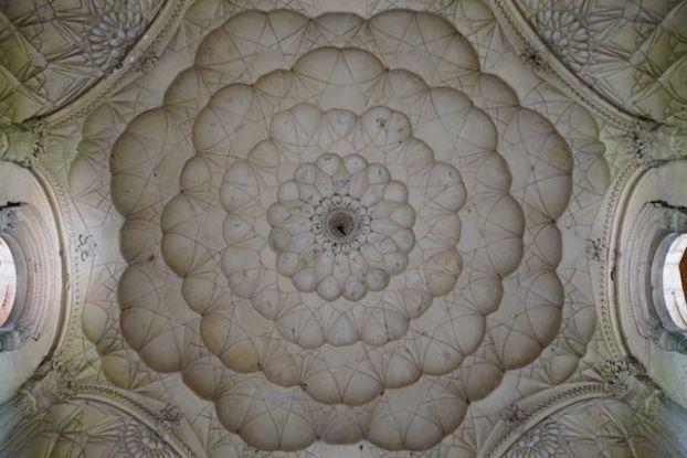 Safdarjung Tomb à New Delhi est l'un de mes sites préférés! Avec une architecture magnifique! Photo voyage tour du monde https://yoytourdumonde.fr