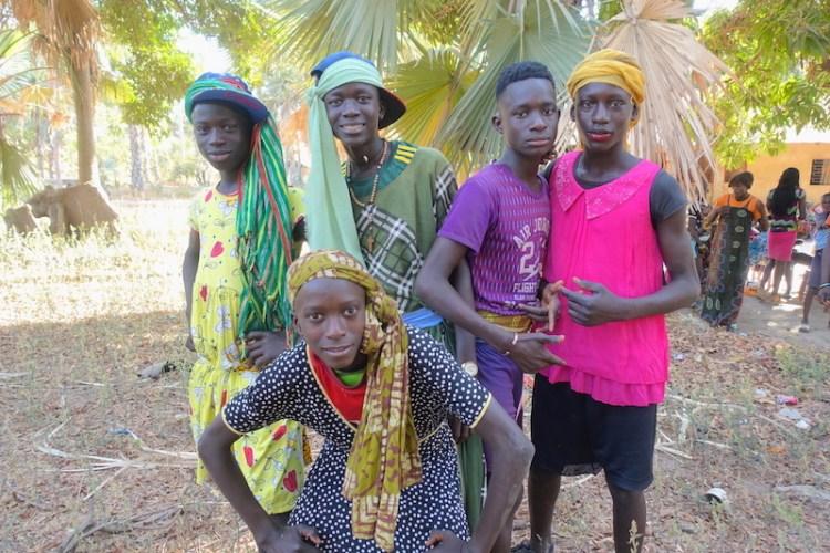 Groupe de locaux casamance mlomp photo blog voyage tour du monde https://yoytourdumonde.fr