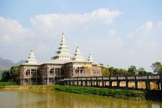 Des nouveaux temples sont construits en birmanie du cote de hpa-an photo blog voyage https://yoytourdumonde.fr