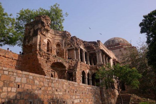 Ruines de Hauz Khas Village à New Delhi photo blog voyage tour du monde https://yoytourdumonde.fr